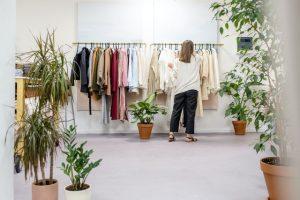 жена избира каква рокля да облече